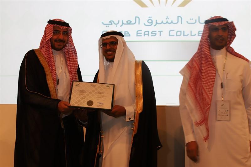 ضمن فعاليات ملتقى جودة التعليم العالي معالي عميد الكلية يتسلم شهادة الاعتماد المؤسسي للكليات