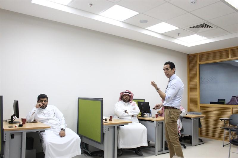 رئيس قسم الحاسب يقدم دورتين بالتعاون مع مركز التنمية الإدارية