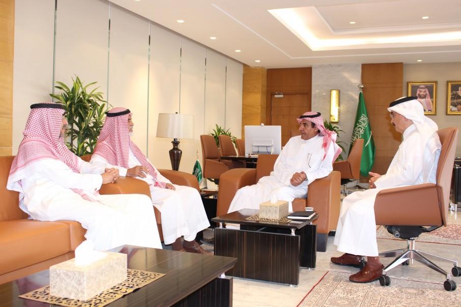 نائب وزير التعليم يلتقي رئيس مجلس الأمناء وعميد الكلية