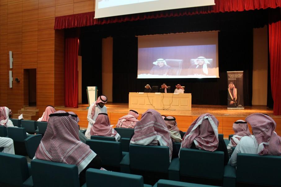 عميد كلية الشرق العربي للدراسات العليا يلتقي الطلاب والطالبات المستجدين